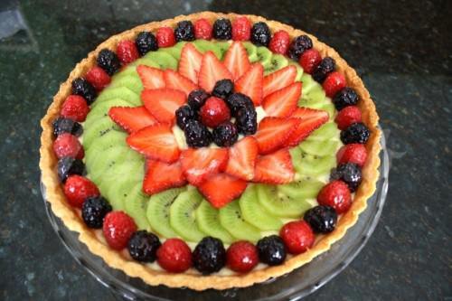 На фото Открытый фруктовый пирог