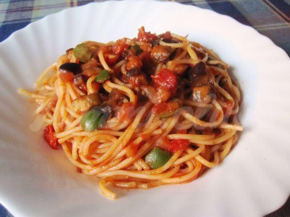 На фото Спагетти с баклажаном и оливками