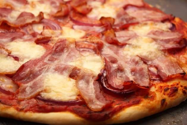 На фото Домашняя пицца с беконом