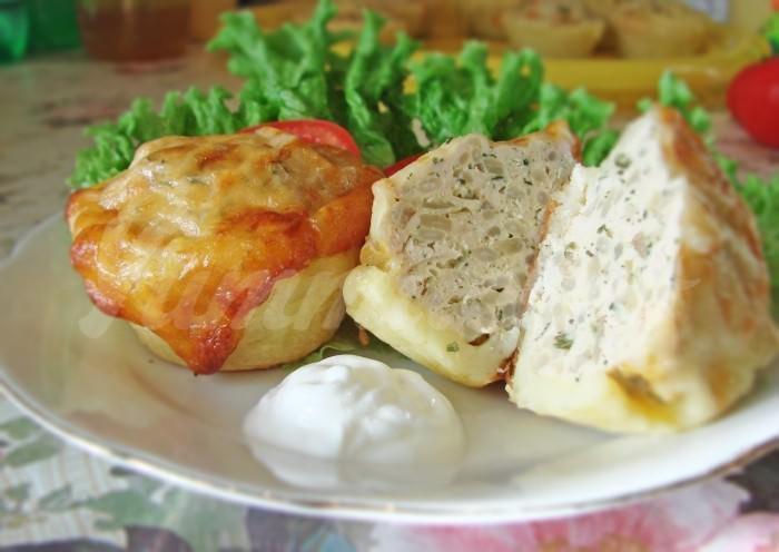 На фото Куриные тефтельки в картофельных корзиночках
