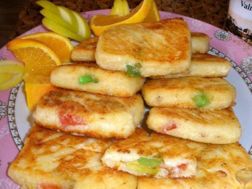 На фото Вкусные и простые сырники из творога на сковороде (с мармеладом)