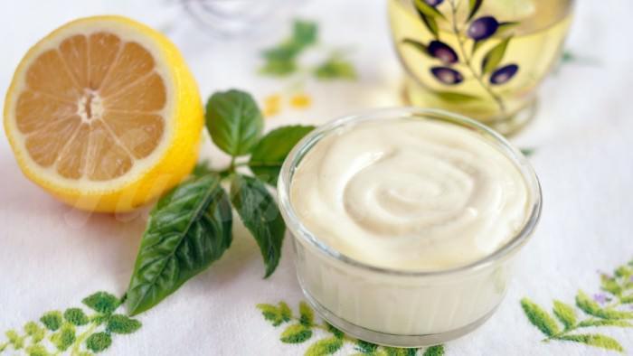На фото Домашний майонез на оливковом масле с лимоном