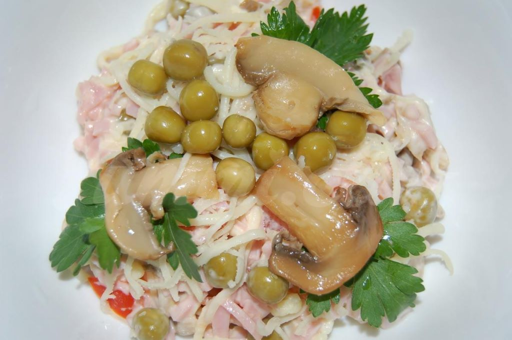 Салат из ветчины с сыром грибами рецепт