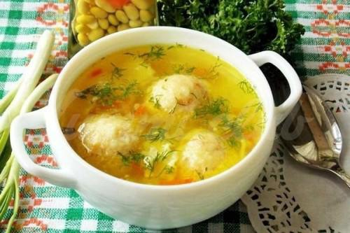 На фото Суп с сырными шариками