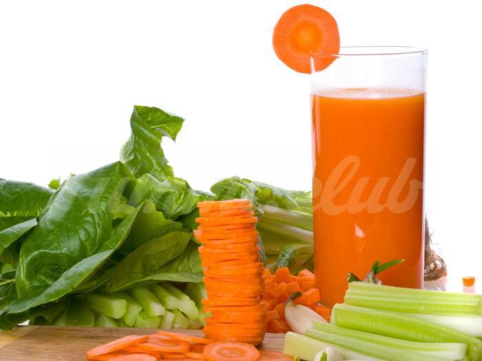 На фото Морковный сок со шпинатом и мускатным орехом
