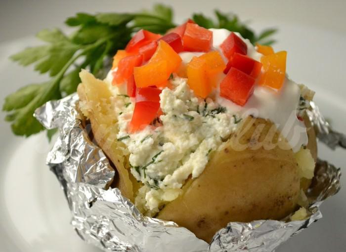 На фото Печеная картошка в мультиварке