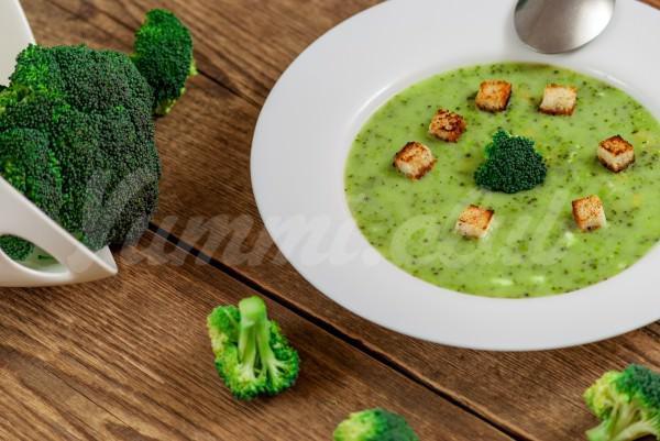 На фото Суп-пюре из брокколи с гренками