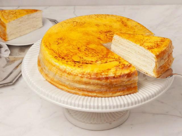 На фото Блинный торт с творогом