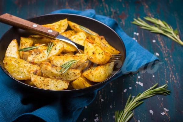 На фото Запеченный картофель с розмарином