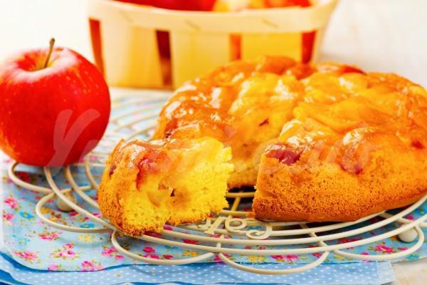 На фото Шарлотка с яблоками и карамелью