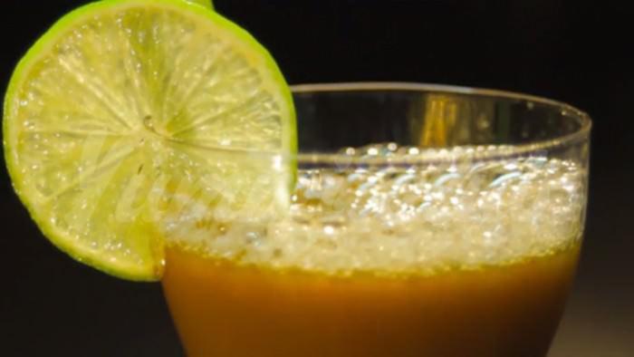 На фото Овощной сок из моркови, брокколи и огурца