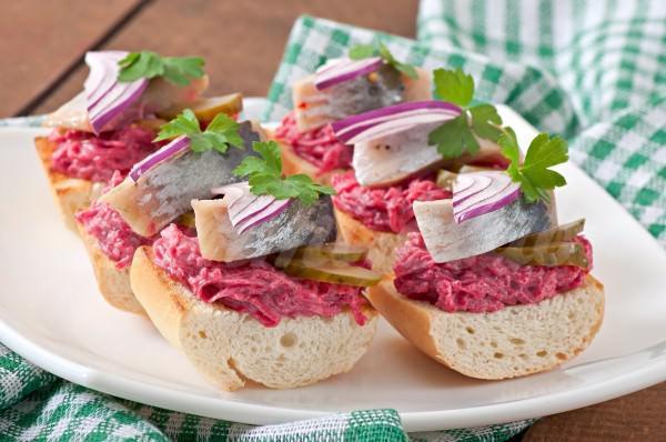 На фото Бутерброды с сельдью и свеклой