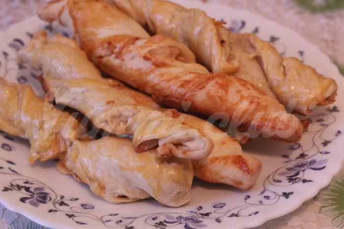 На фото Слоёные косички с курицей и сыром