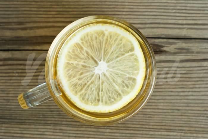 На фото Энергетический напиток с лимоном и перцем