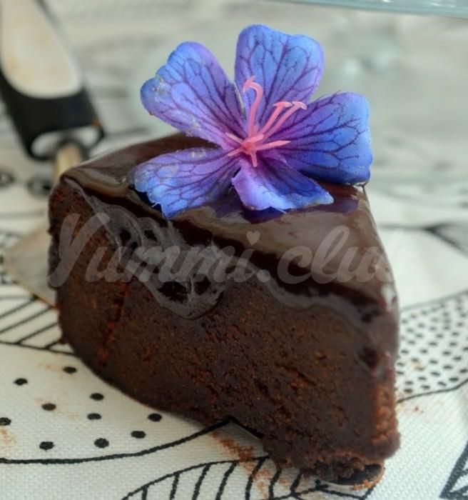 На фото Необычный шоколадный торт