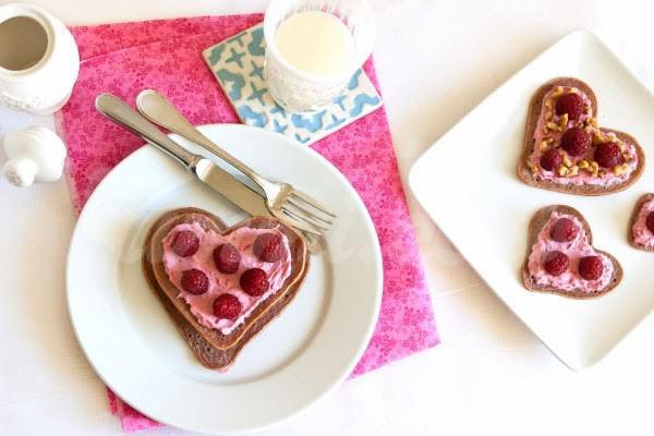 На фото Шоколадные оладьи-сердечки