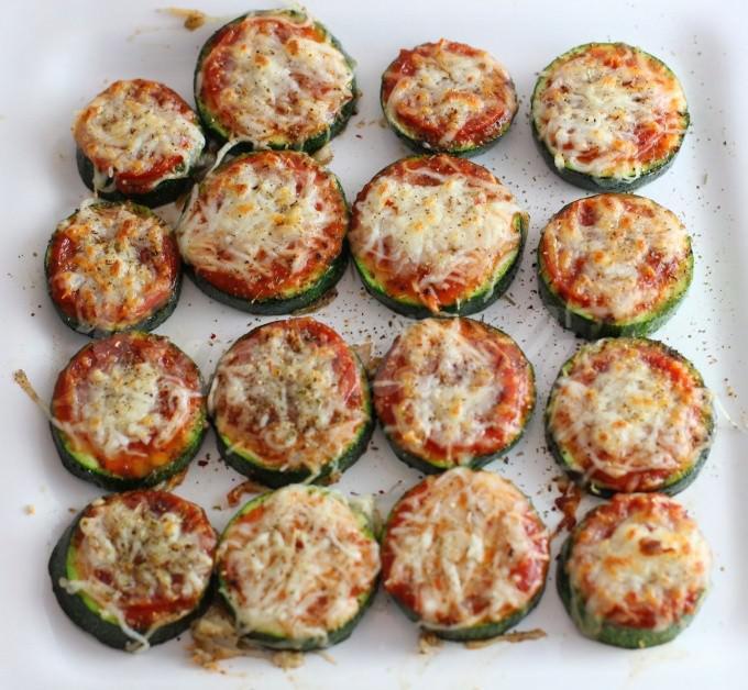 На фото Мини-пицца из кабачка и помидоров