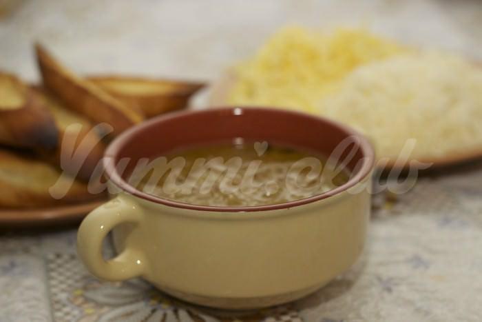 На фото Луковый суп