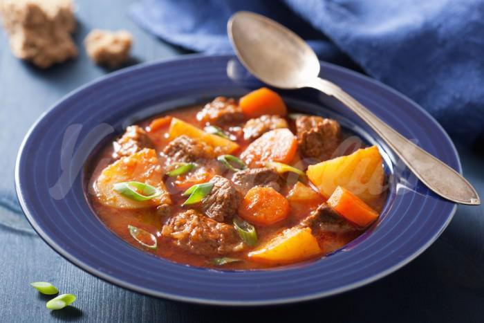 На фото Тушеная говядина с картофелем и морковью