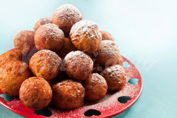 На фото Творожные пончики с вишней