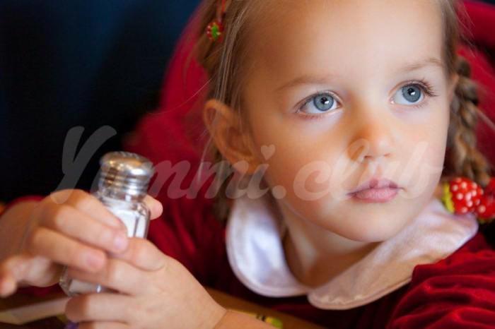На фото Соль и питание ребенка