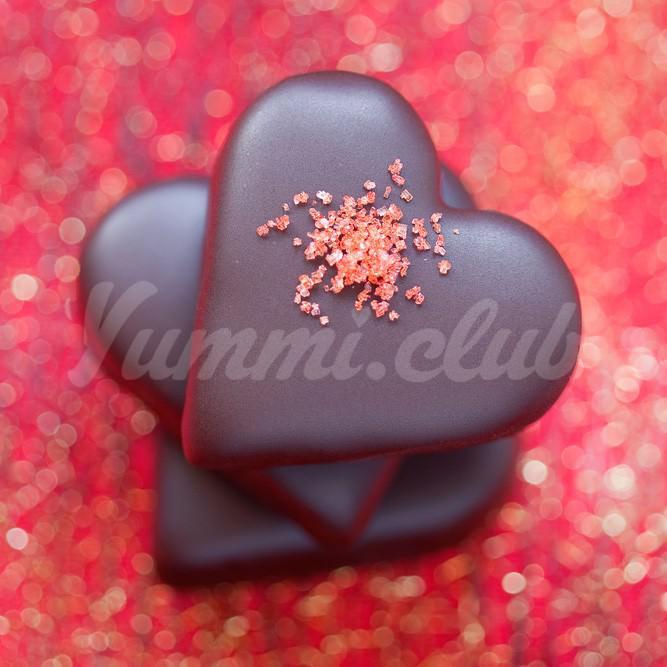 На фото Миндально-клубничные конфеты для влюбленных