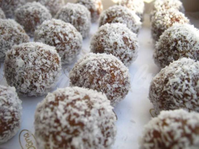 На фото Кисло-сладкие конфеты из орехов и сухофруктов