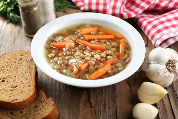 На фото Овощной суп с чечевицей