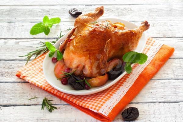 На фото Запеченная курица с яблоками и айвой