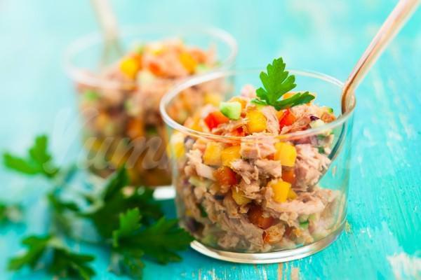 На фото Салат из тунца с овощами