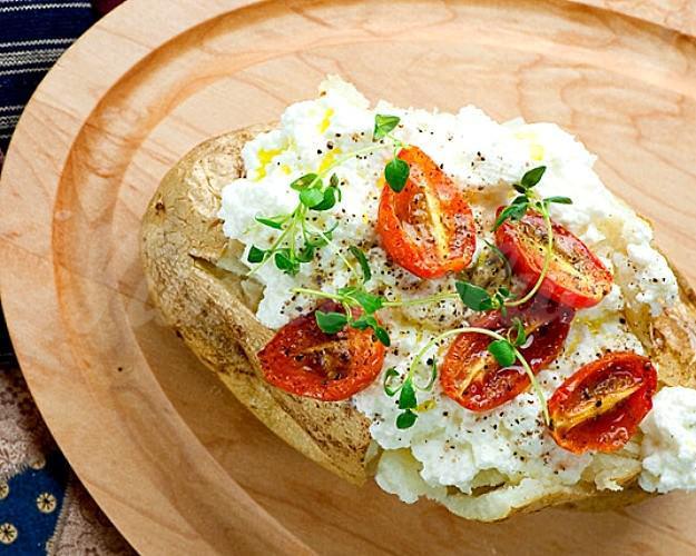На фото Картофель, запечённый с помидорами и сыром рикотта