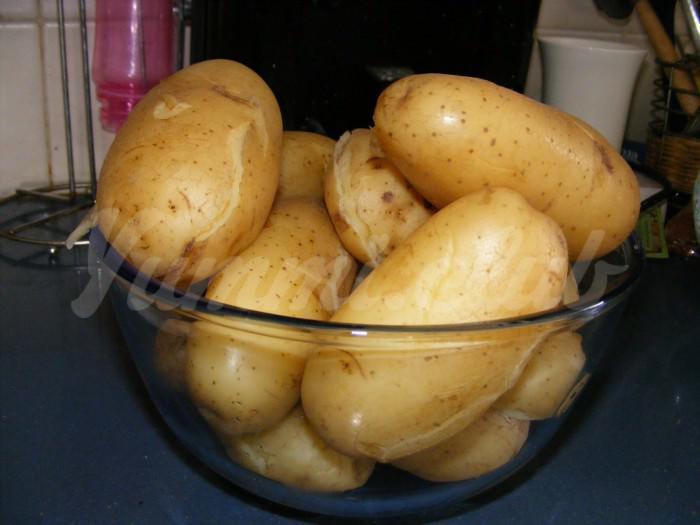 На фото Картофель в мундире в мультиварке
