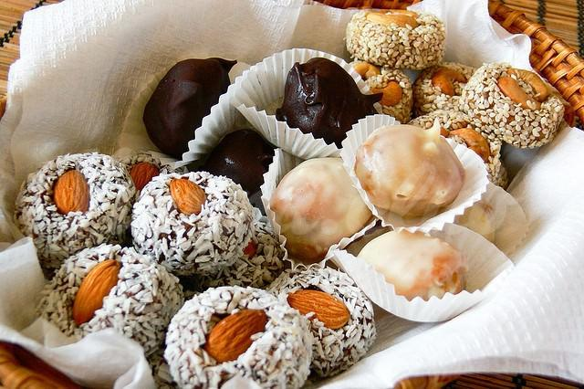 На фото Конфеты из сухофруктов и орехов