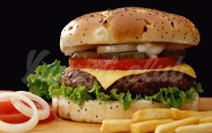 На фото За 6 лет бургер из «Макдоналдс» почти не изменился