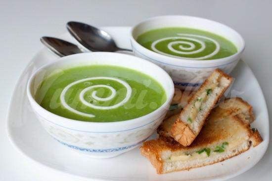 На фото Крем-суп из зеленого горошка