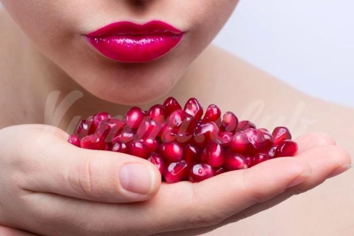 На фото Гранаты – одни из самых полезных фруктов