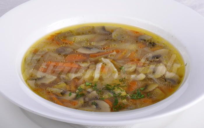 На фото Гороховый суп с шампиньонами
