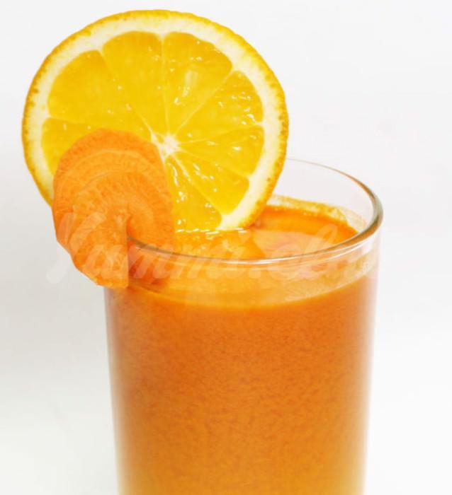 На фото Овощной сок морковно-апельсиновый со свеклой и имбирем