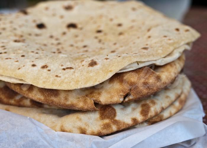 На фото Чапати (индийский хлеб)