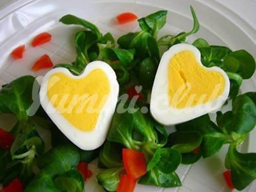 На фото Как сварить яйца сердечками