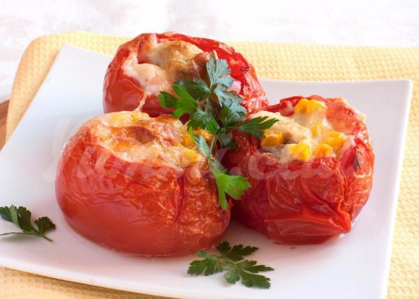 На фото Фаршированные помидоры в микроволновке