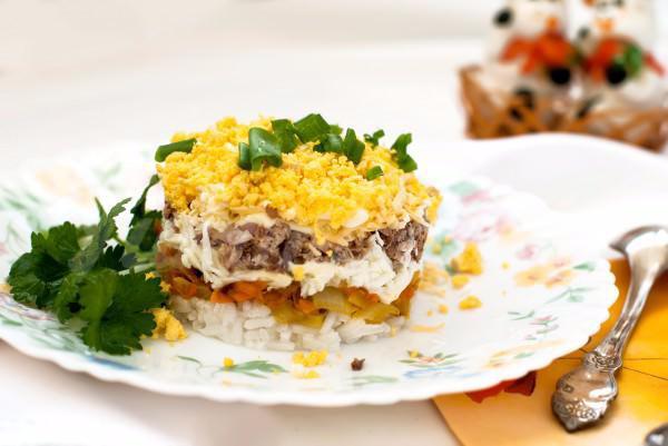 На фото Салат из куриной печени и риса