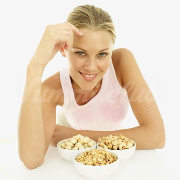 На фото Орехи и арахис — лучший вариант для перекуса