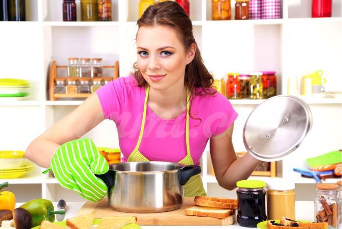 На фото Женщины проводят более трех лет своей жизни на кухне