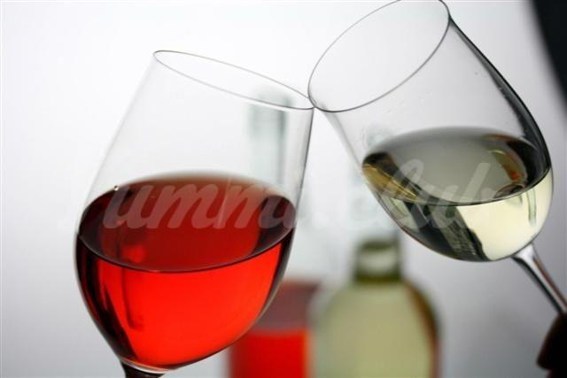 На фото Вино может сделать человека внешне привлекательным