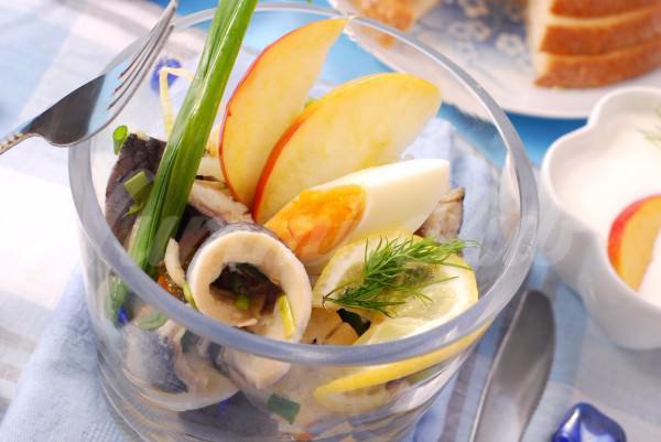 На фото Весенний салат из сельди