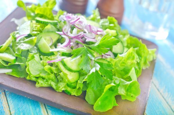 На фото Зеленый салат