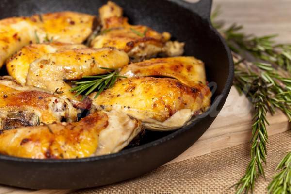 На фото Запеченные куриные бедрышки с лимоном и розмарином
