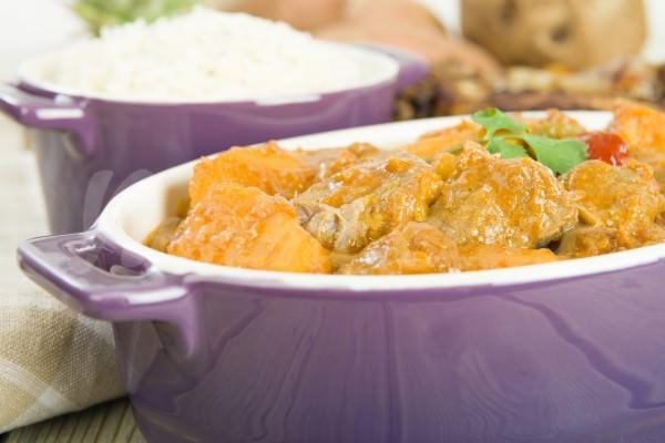 На фото Куриное жаркое с картофелем и арахисом