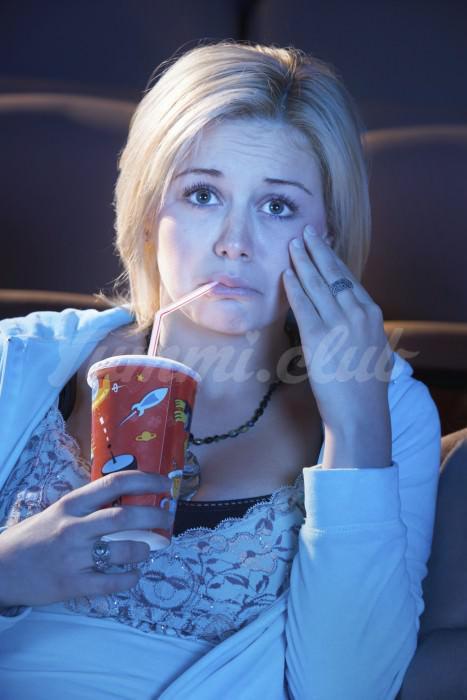 На фото Грустные фильмы заставляют людей есть больше попкорна